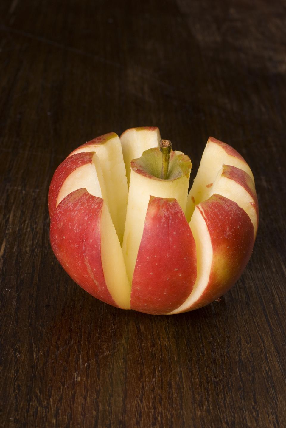 Apfel mit einem Apfelschneider geschnitten