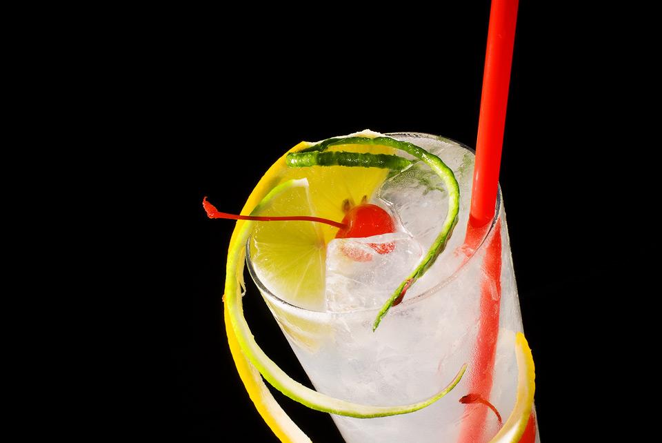 Gin Fizz im dekorierten Glas
