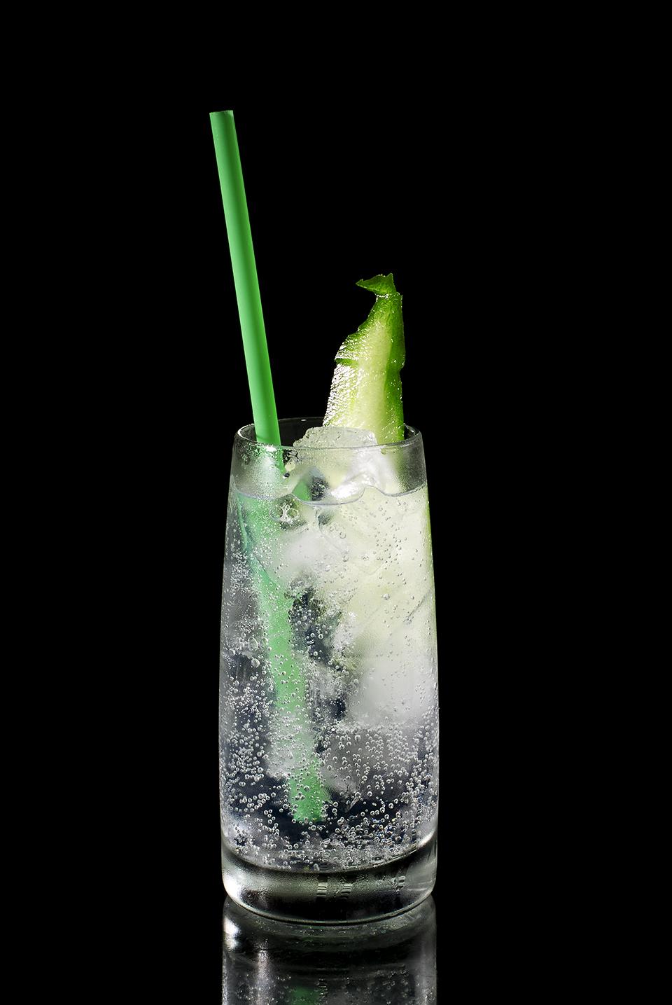 Gin Tonic von der Seite fotografiert