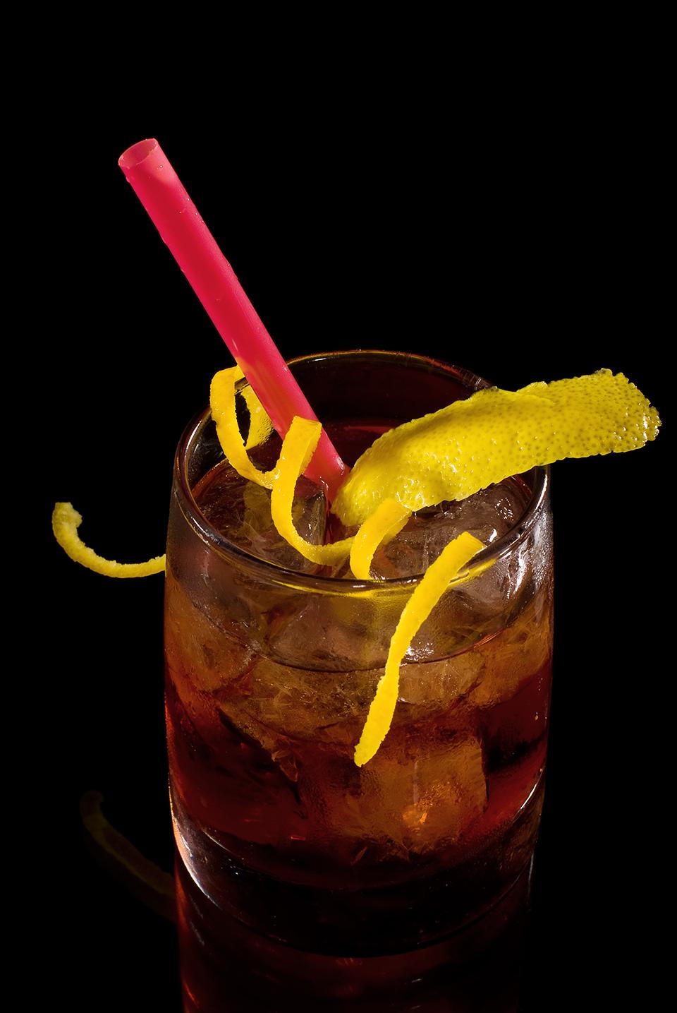 Cocktail Negroni mit Orangenzeste